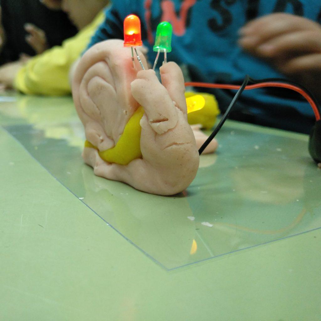 Circuits de plastilina conductora amb leds